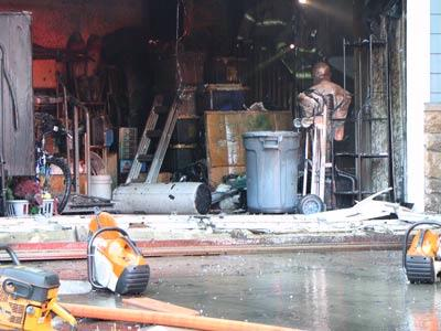 Firefighters quickly extinguish garage fire